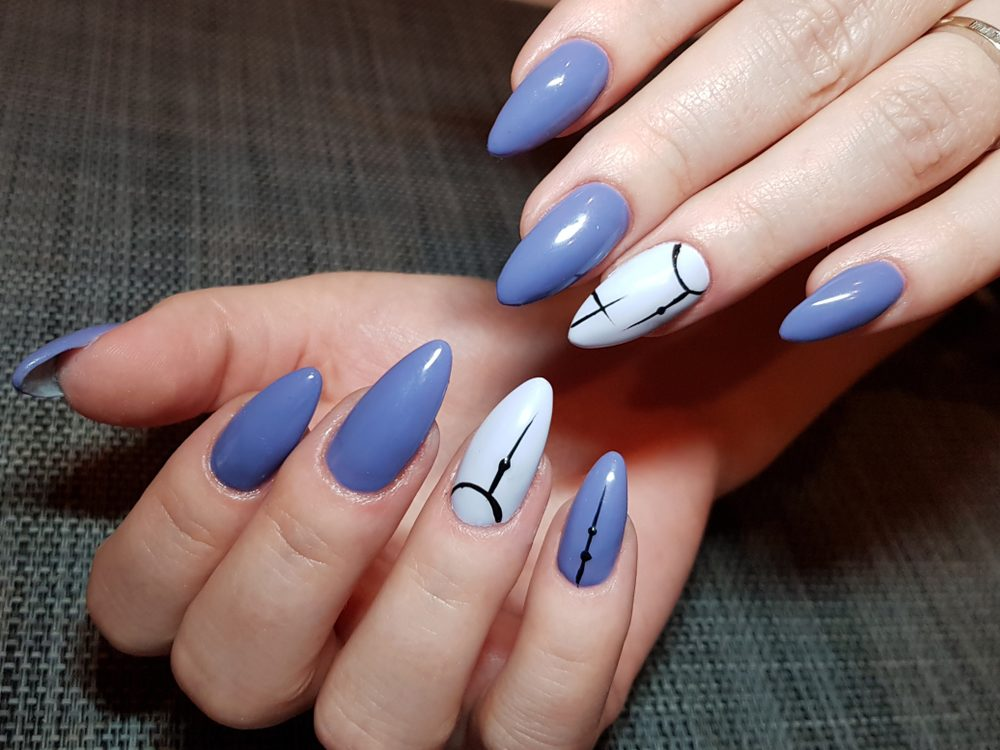 blue nails geometric